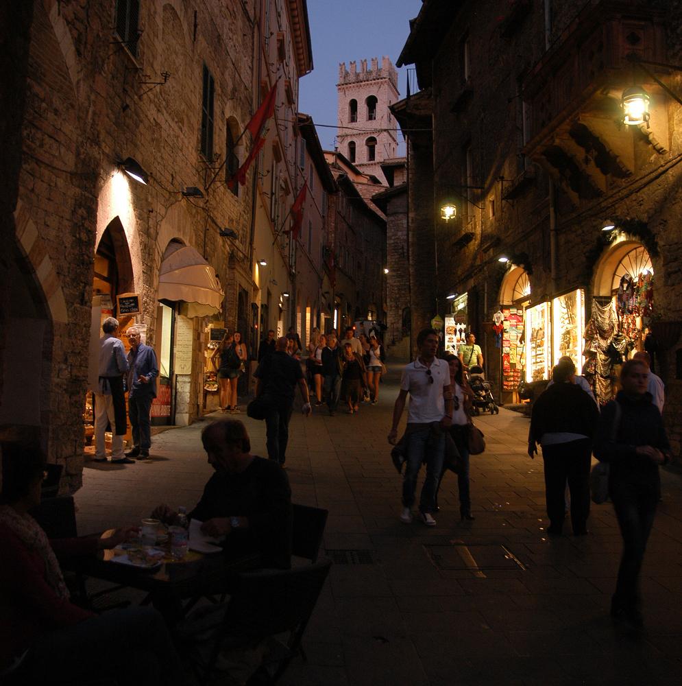 Abends in Assisi auf dem Corso