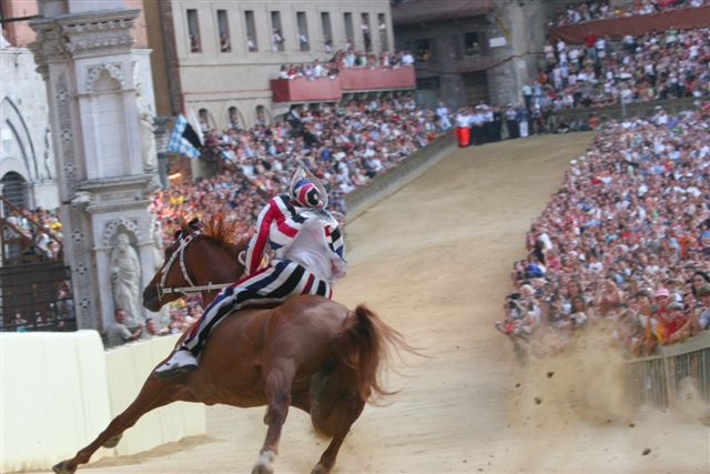 Palio in Siena © by Roberto Vicario - Wikipedia