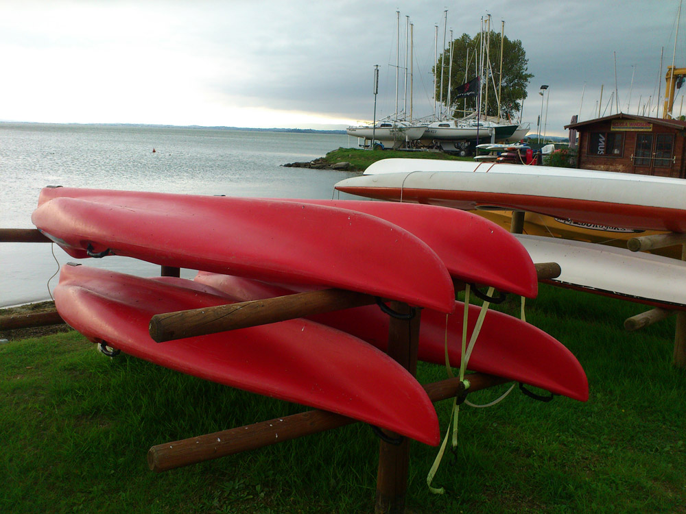 In Passignano kann man Segelboote, Tretboote und Surfbretter leihen
