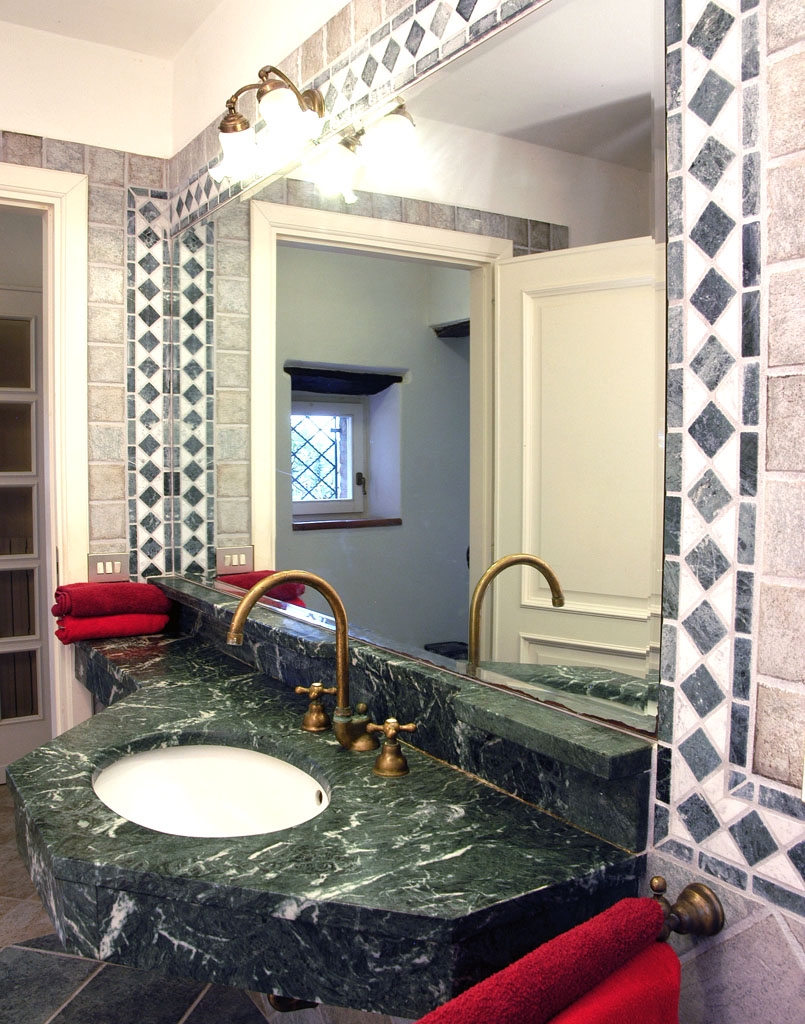 Granitbad mit Badewanne (Wohnung Vera)